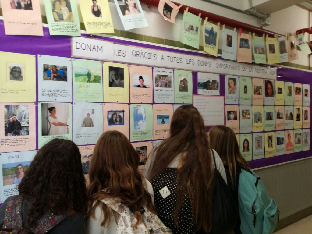 Exposició Agraïments a les dones importants de la nostra vida. Foto IES M. Àngels Cardona