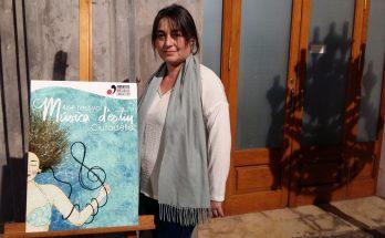 La presidenta de JJMM ciutadella Pilar Carreras amb el cartell del Festival. Foto Joan Mascaró M.