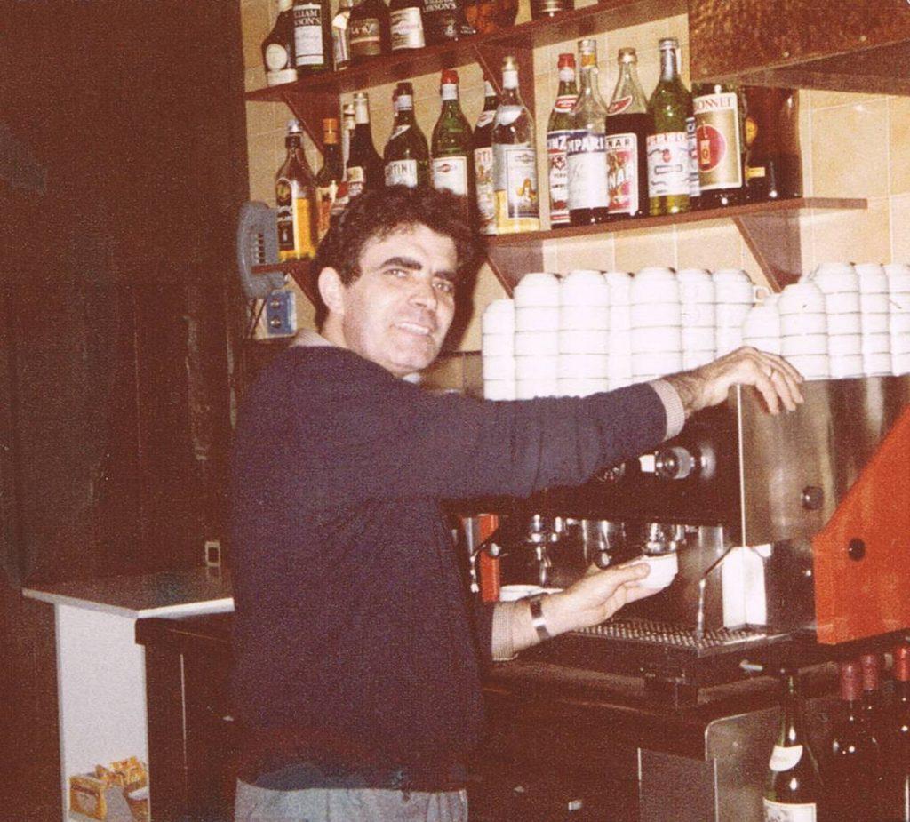 Paco Carrasco en els inicis del bar cafeteria. Foto Paco Carrasco