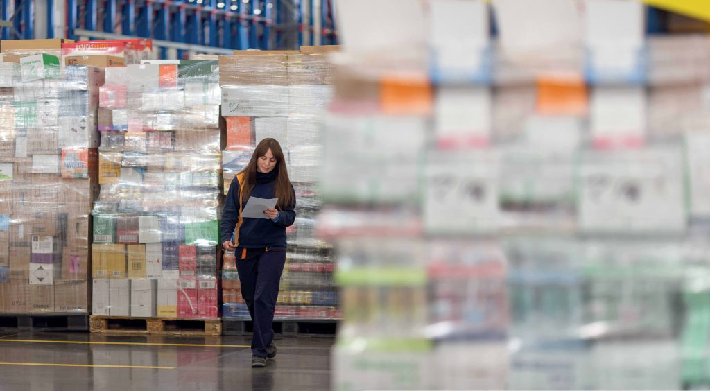 Treballadora en un bloc logístic de Mercadona
